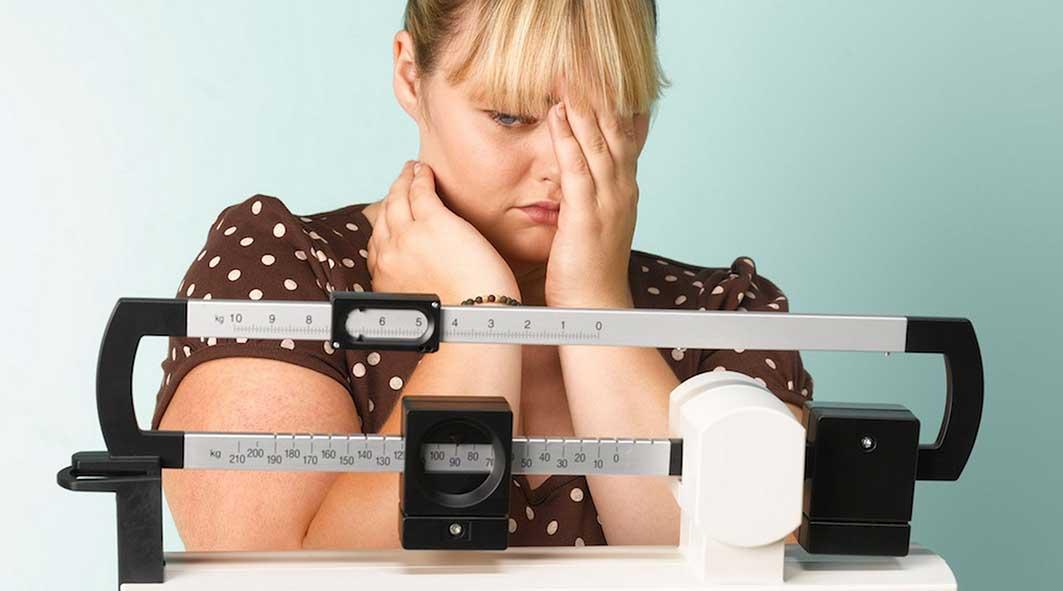 fat-woman-on-scales-sad-2682769.jpg984712
